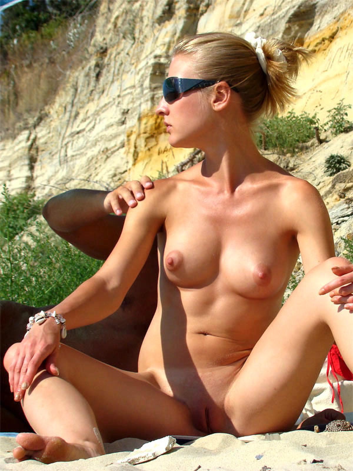 golie-golie-na-plazhe-video